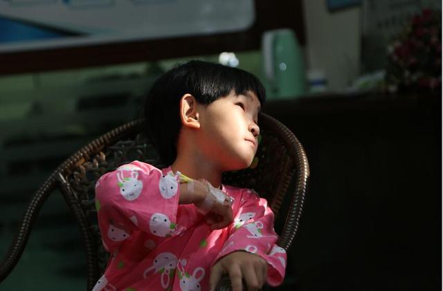 斜视女孩获救助手术成功 因太瘦曾无法抽血化验