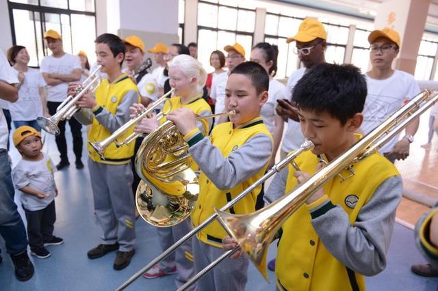 """用音乐""""看""""世界 龙湖西城天街志愿者走进重庆市特殊教育中心"""