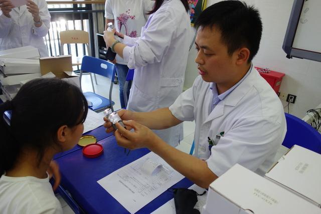 送温暖传递爱 爱眼日西南医院为视障孩子义诊