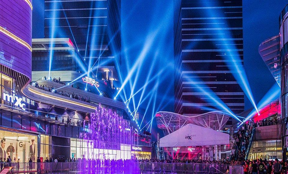 夜幕降临 楼宇中的繁忙的身影让人感受到这座城强劲崛起的律动 杨孟摄