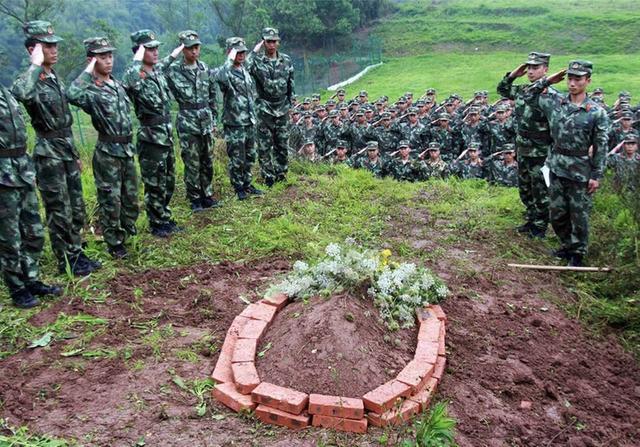 网红警犬的特殊葬礼:战友为它垒了坟 鸣枪13发送行