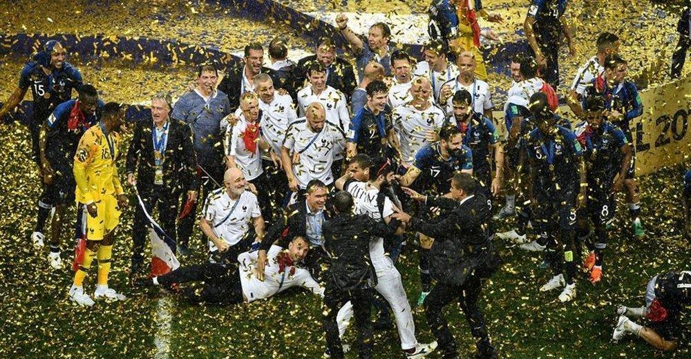 球迷冲入场内共同庆祝夺冠 惨遭安保无情带走