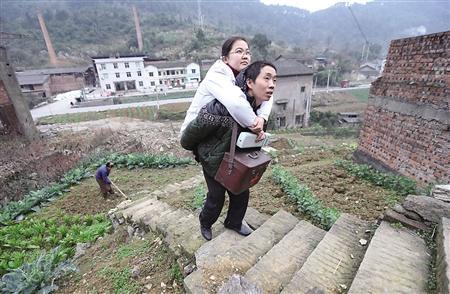 """重庆无腿村医15年行医路 """"走""""坏24只小板凳"""