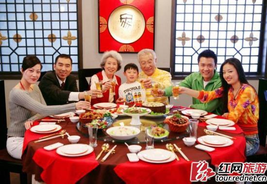 家人团聚一起吃年夜饭