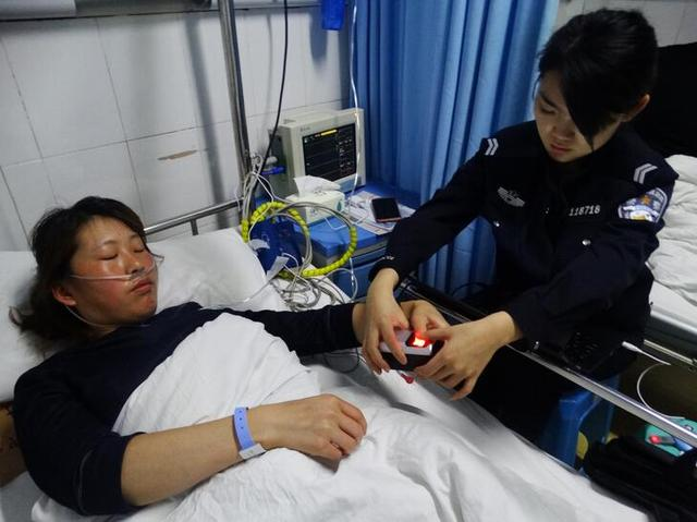 女子摔伤急需身份证取款治疗 民警到病房为其补办