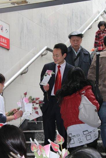 """""""万千恩爱""""献重庆 情人节万朵玫瑰免费领"""