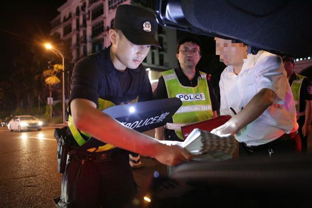 """九龙坡警方开展""""铲土治乱""""行动 盘查200名可疑人员"""
