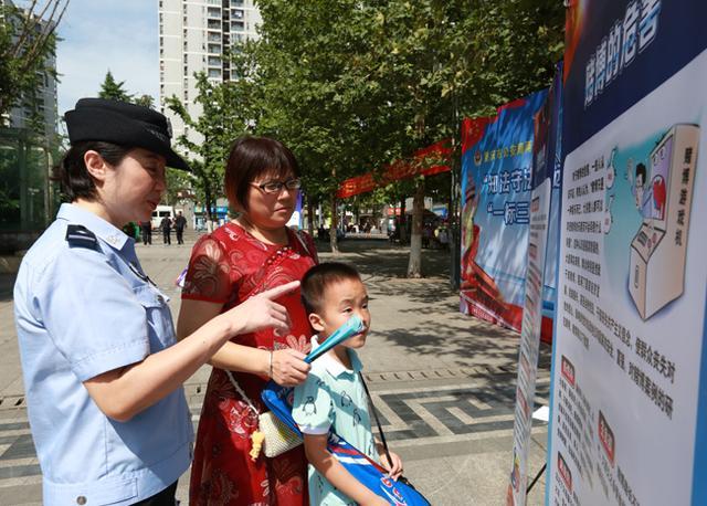 """两江警方进社区开展""""知法守法、远离赌博""""宣传活动"""