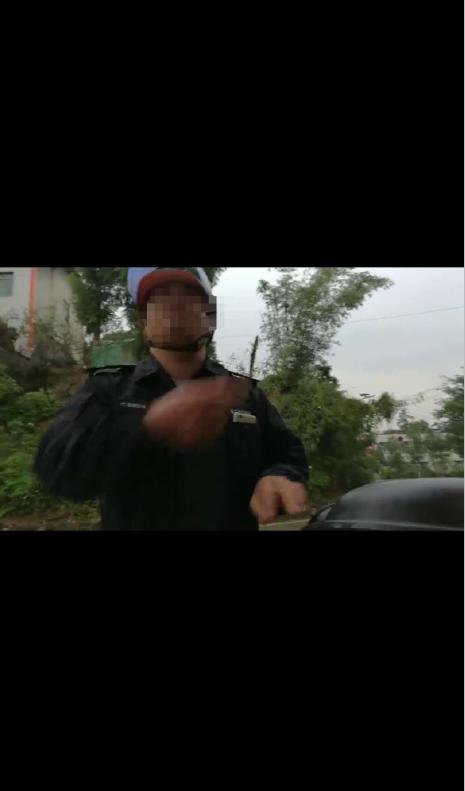 胆子大!无证驾驶无牌摩托连闯红灯 司机被扣18分