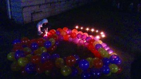 气球蜡烛摆成心形图片