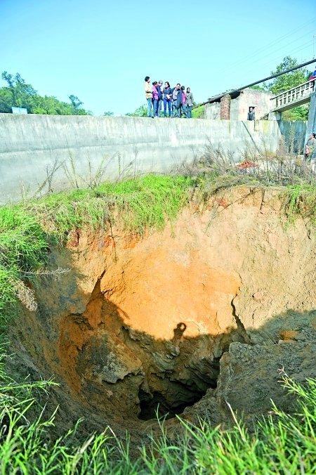 沙坪坝地面塌陷现大坑 直径5米深不见底(图)