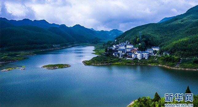 重庆梁平:微风拂过竹风湖 仿若翡翠落人间