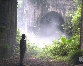"""重庆一隧道不停喷""""妖雾"""" 有居民吓得不敢回家"""