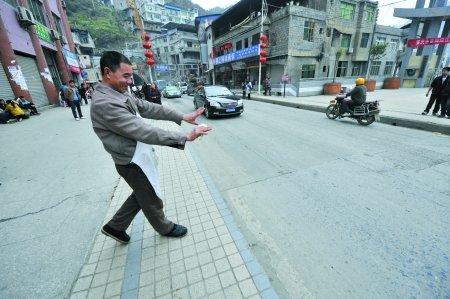 少女现场女生遭围观者挤倒马路上轧死(图)图片的清高车祸图片