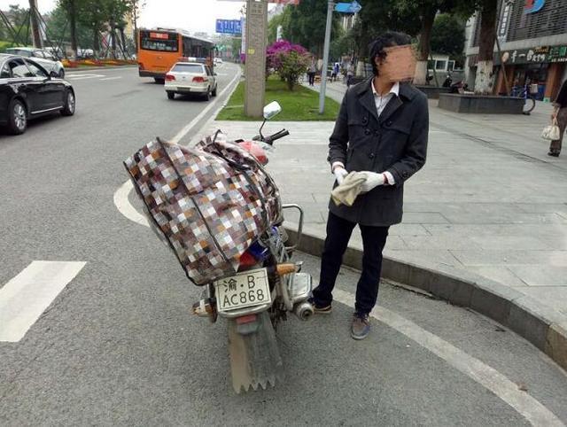 男子购买二手摩托没牌照 竟手绘一副挂车尾