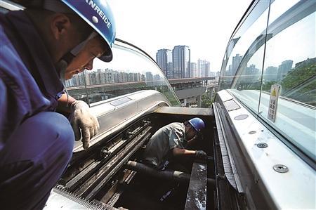 电梯维修工 无论机舱温度多高 乘客安全始终第一图片
