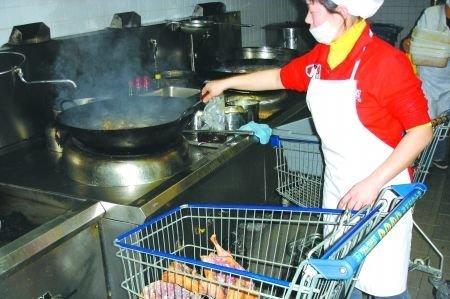 沃尔玛超市被曝将过期板鸭油炸后再销售(图)