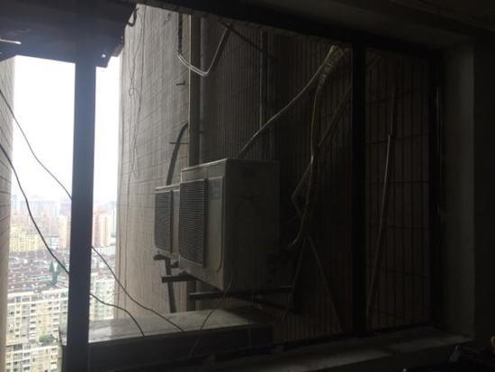 女子跳楼丝袜被勾坠至26楼空调 仍欲继续跳楼被救
