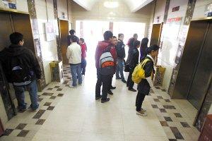 1万多上班族天天挤6部电梯 最多一次等了50分钟