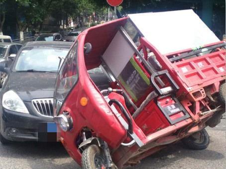 疯狂电动三轮车闯红灯 直接开翻撞上轿车