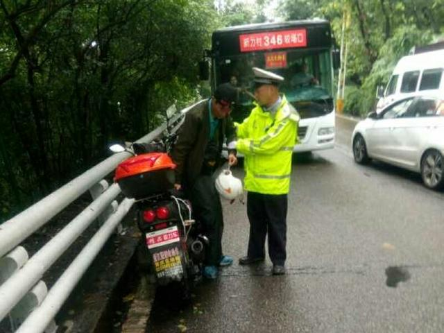 男子骑车赶工途中突发癫痫 人和车瞬间侧翻受伤