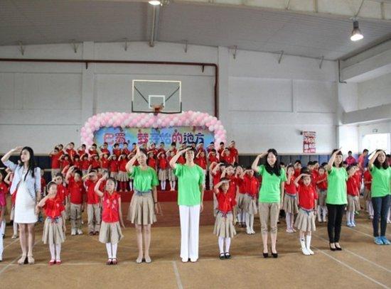 巴蜀蓝湖郡小学师生家长同台演出庆六一