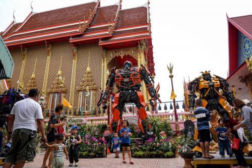 泰国寺庙在门口摆放变形金刚模型,吸引游客。(图片来源:法新社)