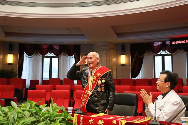 重庆唯一健在南侨机工患眼疾30余年 成功手术重见光明