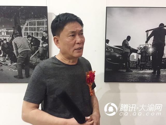 """胡林庆""""棒棒人生""""摄影展:7年往返重庆几十次"""