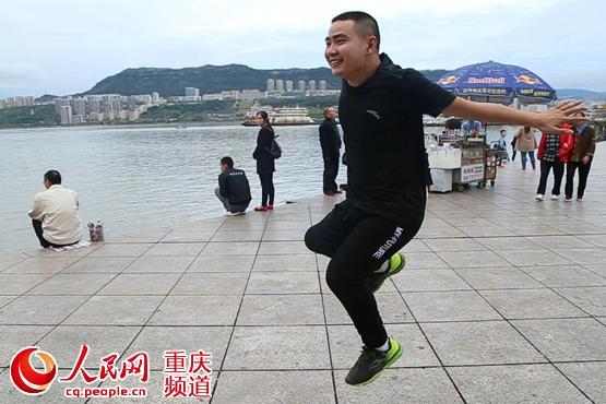 """万州公益达人熊军 单腿""""蹦""""完33场马拉松"""