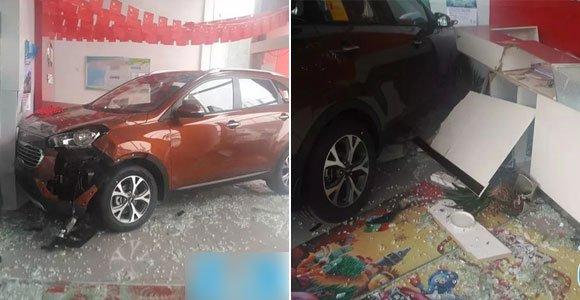 女子到4S店提车时误把油门当刹车 新车当场报废