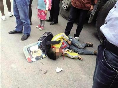 车祸现场.-重庆一9岁男童放学路上 被罐车撞成重伤