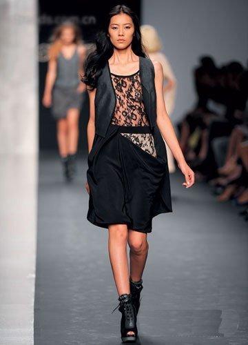 浅咖色抹胸裙 Giorgio Armani/白色高腰线抹胸裙 H&M/-掌握经典元素
