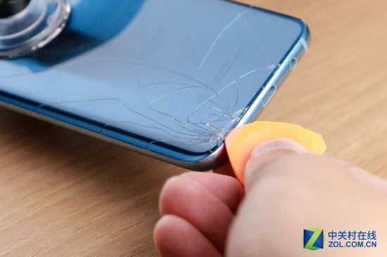 自己修手机要慎重 不然修机变身毁机现场