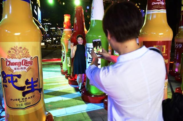 60个巨型啤酒瓶现南滨路重啤60周年唤起重庆人记忆