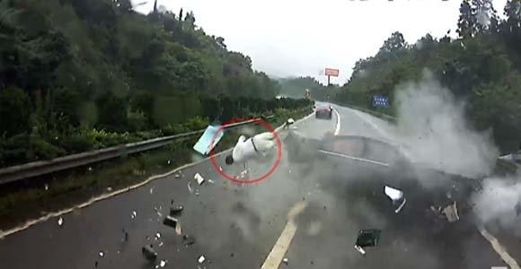 车祸瞬间乘客当场被甩出 只因没系安全带