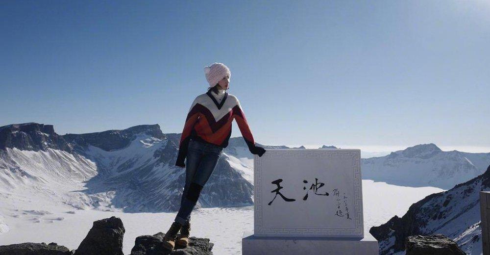高清:何雯娜秀运动员体质 上天池只穿毛衣美丽冻人