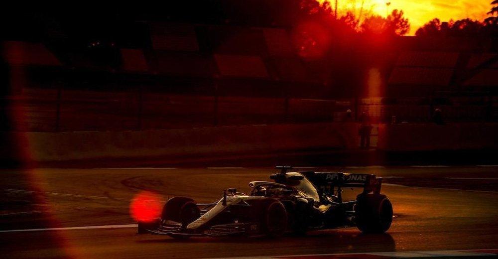 高清:F1冬季测试赛继续进行 赛车晚霞中飞驰美如画
