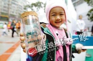 两块钱一瓶 二十名小学生闹市区叫卖空气(图)