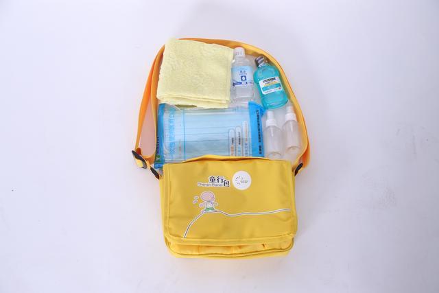 (童行包里面包含口罩、酒精、漱口水、喷洒瓶和毛巾)