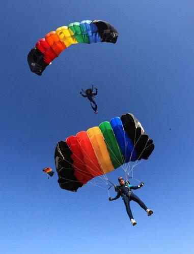龙水湖做舞台飞机和跳伞做舞美 这个party好酷