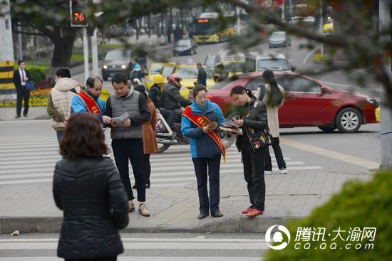 学雷锋纪念日 公交志愿者走上街头宣传安全出行