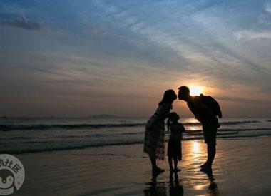 一家三口畅游天之涯海之角 看落日晚霞碧海沙滩