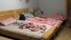 三室一厅出租房内住着7名孕妇