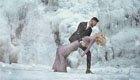 情侣冰瀑前拍惊艳订婚照
