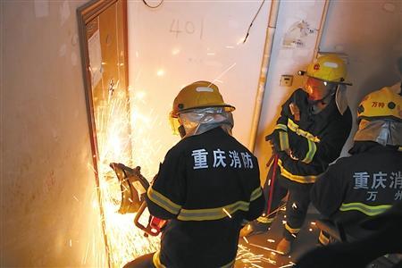 八旬独居老太病发昏迷 消防官兵破门救出送医