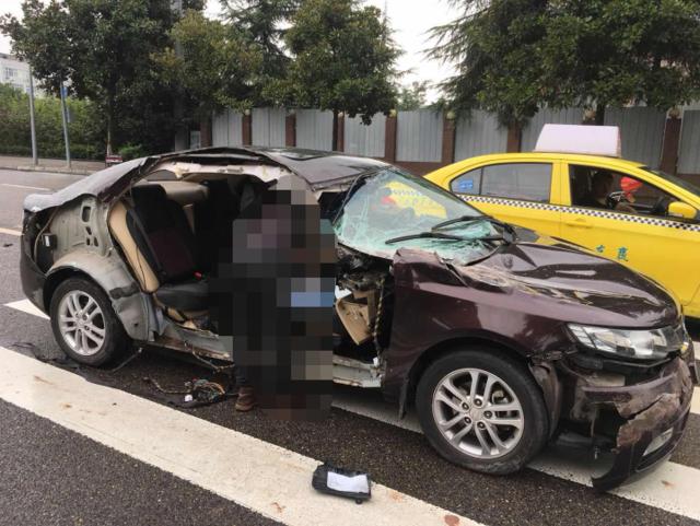 赶着去医院看临产的妻子 司机转弯不避让右车门被掀翻