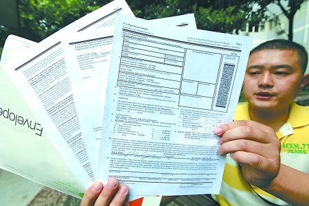 递错给他的美国录取通知书.        摄 -快递变误递 31岁重庆市民收到