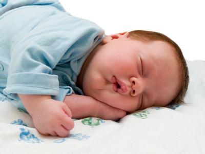 1岁前宝宝睡姿有讲究