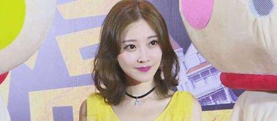 重庆美女冯提莫回渝走红毯 向粉丝比心超可爱